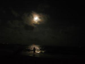 1024px-Moon_and_man_at_night_in_marina_beach,_chennai